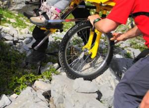 dettaglio ruota su gradino roccioso